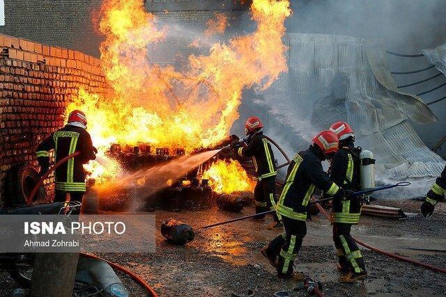 آتش سوزی در کارخانه فراوری و انبار پوشال قم