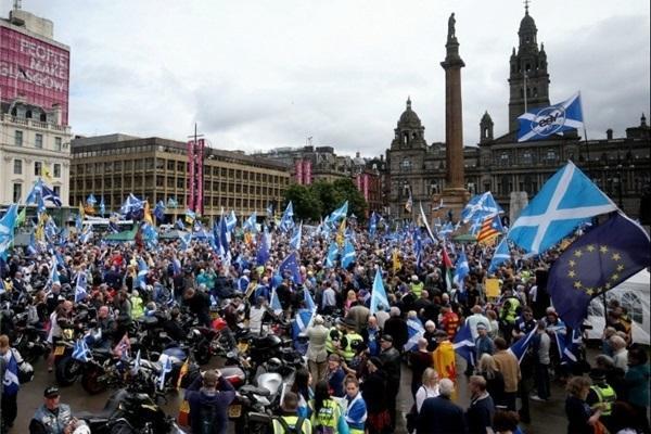 تظاهرات مردم انگلیس هم زمان با سخنرانی جانسون