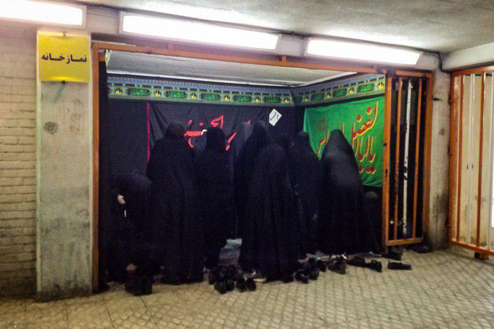 اقامه نماز توسط بانوان طرفدار تیم ملی فوتبال ایران پس از دیدار مقابل کامبوج