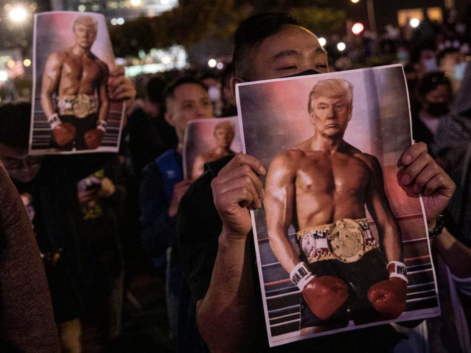 پوستر ترامپ راکی در دست معترضان هنگ کنگی(