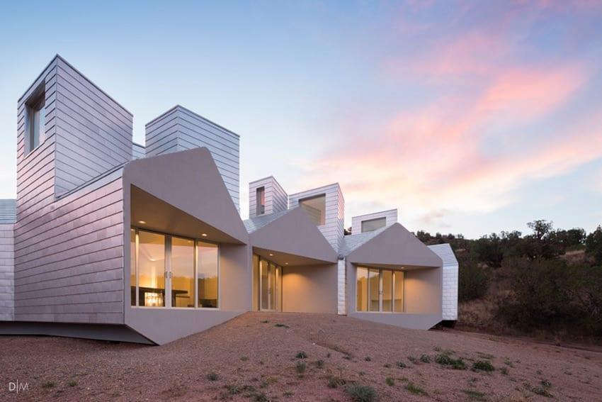 خانه نامتقارن و مینیمال از گروه معماری MOS