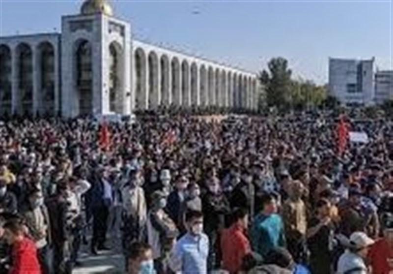 حمله معترضان قرقیزی به مقر ریاست جمهوری در بیشکک، معترضان رئیس جمهور سابق قرقیزستان را از زندان آزاد کردند